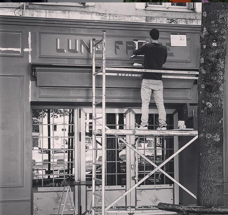Romain de Naoned Enseigne peint la facade la Lune Froide