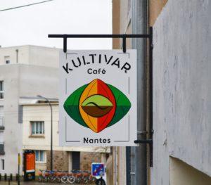 Kultivar Café Enseigne Drapeau en bois Nantes