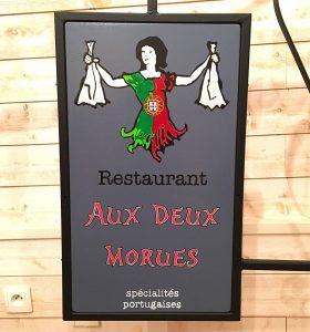 Enseigne bois restaurant Aux Deux Morues Nantes